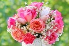 婚姻的浪漫玫瑰色花束 图库摄影