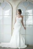婚姻的白色礼服的愉快的美丽的新娘女孩 免版税库存图片