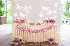 婚姻的白色宴会桌准备为 免版税库存照片