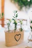 婚姻的盒有花的装饰的瓶 免版税库存照片