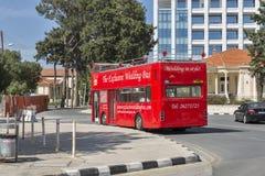 婚姻的红色公共汽车在帕福斯,塞浦路斯 免版税库存图片