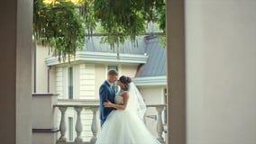 婚姻的美好夫妇亲吻 股票录像
