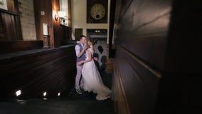 婚姻的舞蹈新娘新郎在重要天在房子里户内 股票视频