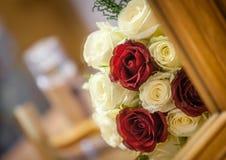 婚姻红色和白玫瑰花束 免版税图库摄影
