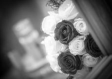 婚姻红色和白玫瑰花束 库存照片