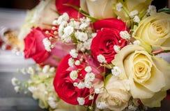 婚姻红色和白玫瑰花束 库存图片