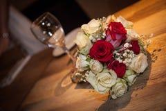 婚姻红色和白玫瑰花束 图库摄影