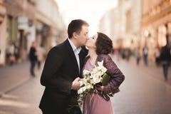婚姻 美好的夫妇,有桃红色礼服的新娘走在老城市的 免版税库存图片