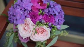 婚姻花束中央dof花焦点低点的玫瑰 新娘` s花束在婚礼之日 花束不同的花 花束美丽桃红色和 股票视频
