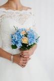 婚姻花束的美丽的蓝色和黄色鲜花 有婚礼花束的,特写镜头新娘 免版税库存图片