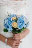 婚姻花束的美丽的蓝色和黄色鲜花 有婚礼花束的,特写镜头新娘 库存图片