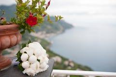 婚姻花束,在背景阿马尔菲海岸的牡丹 免版税图库摄影