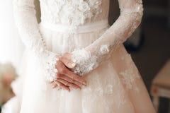 婚姻 衣物夫妇日愉快的葡萄酒婚礼 新娘的手在婚姻前的 婚礼辅助部件 在礼服的背景与 免版税图库摄影