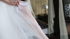 婚姻袜带的礼服 股票视频