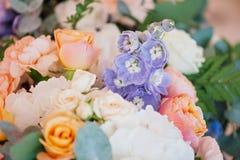 婚姻装饰玫瑰和瓣,特写镜头花束  库存图片