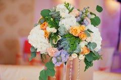婚姻装饰玫瑰和瓣,特写镜头花束  免版税图库摄影