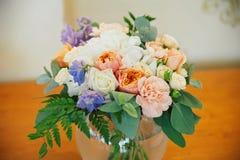 婚姻装饰玫瑰和瓣,特写镜头花束  免版税库存照片