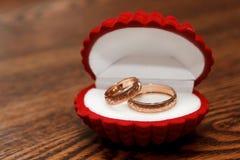 婚姻配件箱红色的环形 库存图片