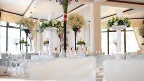 婚姻非常尼斯装饰的表现代样式 在表上的美丽的花在与板材和餐巾的婚礼之日 影视素材