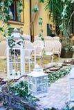 婚姻,圣诞节、椅子、古色古香的白色木灯笼、藤和木头的装饰绊倒与蜡烛 免版税图库摄影