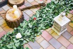 婚姻,圣诞节的装饰,葡萄酒白色木灯笼、藤和木锯切与一个蜡烛 库存照片