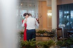 婚姻:逗人喜爱的新婚佳偶,新娘和新郎,结合一起慢跳舞 免版税库存图片