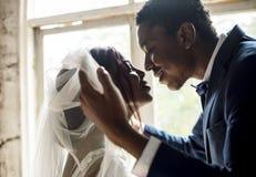 婚姻Celebrati的新婚佳偶非裔新郎开放新娘面纱 免版税库存照片
