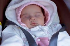 婴儿在椅子睡觉健康睡眠的晚安广告通过舒适 免版税库存照片