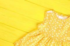 婴儿女孩葡萄酒印刷品礼服 免版税库存照片
