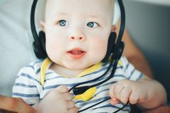 婴儿小儿童男孩与耳机的六个月 免版税库存照片