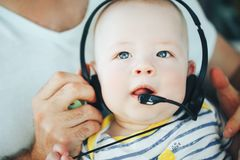 婴儿小儿童男孩与耳机的六个月 免版税库存图片