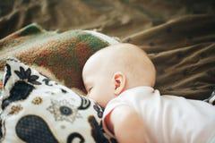 婴儿小儿童男孩六个月在家睡觉 免版税库存照片