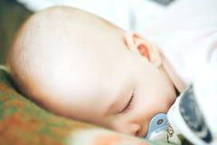 婴儿小儿童男孩六个月在家睡觉 库存照片