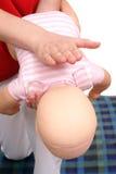 婴儿抢救窒息技术 免版税库存照片