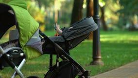 婴儿推车戏剧的婴孩在分娩以后窘迫不安,社会支持,人口 影视素材