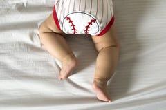 婴儿穿棒球衣物 免版税图库摄影