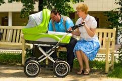 婴儿车夫妇成熟 免版税库存图片