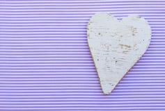 婴儿送礼会卡片,在紫色镶边背景的葡萄酒白色心脏 库存照片