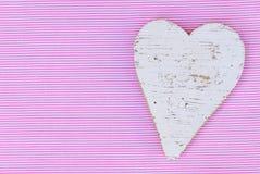 婴儿送礼会女孩与心脏的生日贺卡在桃红色和白色背景 库存照片