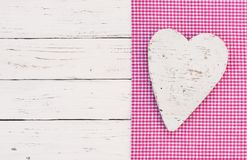 婴儿送礼会背景,它一个女孩、心脏在桃红色织品边界和白色葡萄酒木头 图库摄影