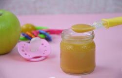 婴儿食品新鲜水果健康自创有机被制成菜泥的射击故事 射击为在自创,有机,健康婴儿食品的一个故事 库存照片