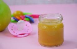婴儿食品新鲜水果健康自创有机被制成菜泥的射击故事 射击为在自创,有机,健康婴儿食品的一个故事 免版税图库摄影