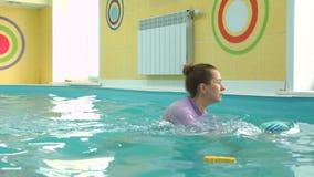 婴孩下潜水中在教练帮助下  影视素材