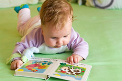 婴孩书女孩读取 免版税库存照片