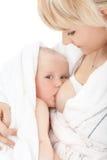 婴孩乳房提供的女孩她的母亲 库存照片