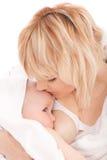 婴孩乳房提供的女孩新出生她的母亲 免版税库存照片