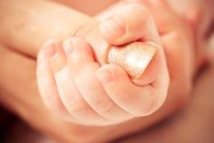 婴孩保留母亲s的手指现有量 库存照片