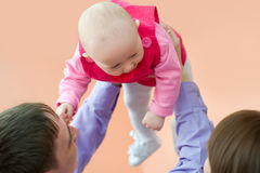 婴孩做父母他们的年轻人 库存图片