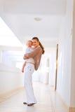 婴孩全长母亲纵向微笑 图库摄影