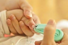 婴孩剪切母亲钉子 免版税库存图片
